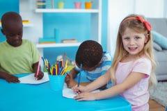 一起享受艺术和工艺的愉快的孩子 免版税图库摄影