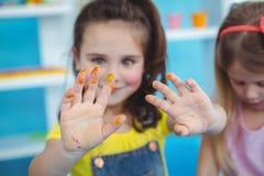 一起享受艺术和工艺的愉快的孩子 库存照片