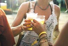 一起享受音乐节的饮用的啤酒 免版税库存图片