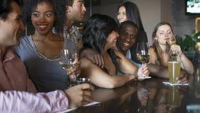 一起享受饮料的小组朋友在酒吧 股票录像