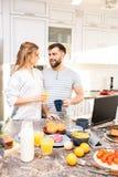 一起享用早餐的年轻夫妇 库存图片