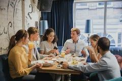 一起享用早餐的朋友 免版税库存图片