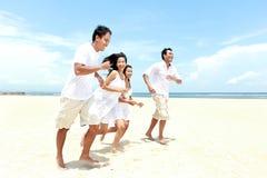 一起享用海滩的朋友 免版税库存图片
