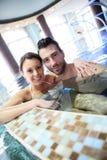 一起享用温泉的愉快的夫妇 图库摄影