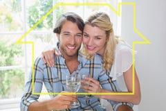 一起享用白葡萄酒的逗人喜爱的微笑的夫妇的综合图象 库存图片