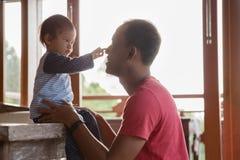 一起享用的父亲和的女儿 免版税图库摄影