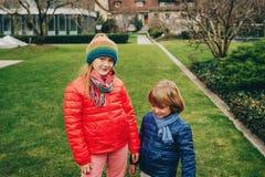 一起使用两个滑稽的孩子外面 库存照片