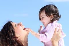 一起使用可爱的母亲培养她的女儿和 库存图片