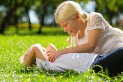 一起使用在公园的滑稽的孩子 免版税库存照片