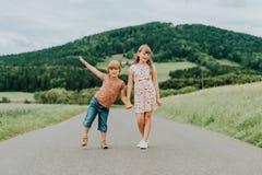 一起使用在夏天的两个可爱的孩子 免版税库存图片