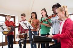一起使用在学校乐队的高中学生 免版税库存图片