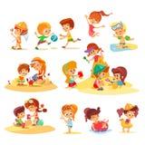 一起使用在小组的海滩的小孩 免版税库存照片