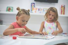 一起使用在操场的两个小女孩 库存照片