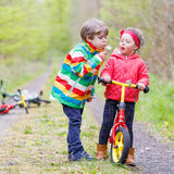 一起使用在森林里的小女孩和男孩 免版税库存照片