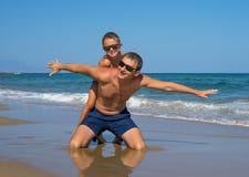 一起使用在海滩的父亲和儿子,有质量家庭时间 希腊 图库摄影