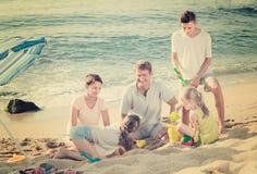 一起使用在海滩的笑的家庭 免版税库存图片