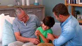 一起使用在长沙发的家庭 股票视频