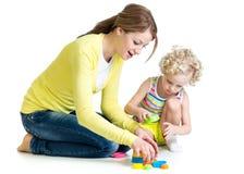一起使用孩子的女孩和的母亲 免版税库存图片