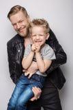 年轻一起使用父亲和的儿子 父亲节 图库摄影