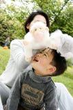 一起使用男孩的母亲 免版税库存图片