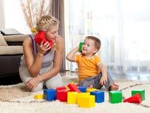 一起使用男孩逗人喜爱的孩子的母亲 免版税库存图片