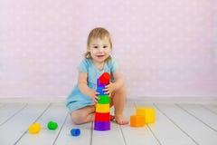 一起使用的孩子 与块的婴孩戏剧 幼儿园和幼儿园孩子的教育玩具 小女孩修造 库存照片