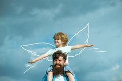 一起使用的父亲和的儿子 孩子坐他的父亲肩膀  r 库存照片