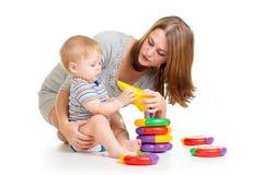 一起使用的男婴和的母亲 免版税库存照片