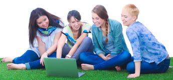 一起使用膝上型计算机的小组年轻学生 图库摄影