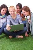 一起使用膝上型计算机的小组年轻学生 库存图片