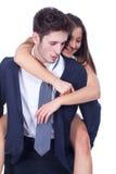 一起使用年轻愉快的拉丁的夫妇扛在肩上 免版税库存照片