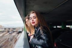 一起俏丽的妇女夫妇在都市风景 屋顶的两个快乐的美丽的女孩 美好的城市视图 图库摄影