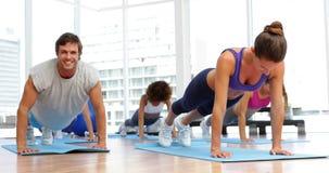 一起做俯卧撑的健身类在锻炼席子 影视素材
