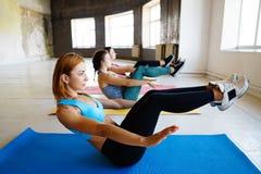 一起做在健身房的运动的妇女锻炼 免版税图库摄影