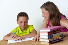 一起做家庭作业教训的母亲和儿子 库存照片