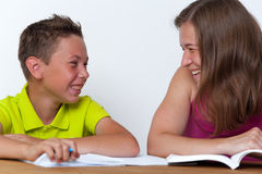一起做家庭作业教训的母亲和儿子 库存图片