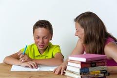 一起做家庭作业教训的母亲和儿子 免版税图库摄影