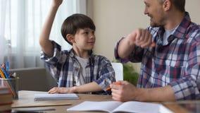 一起做家庭作业的儿子和父亲,给上流五,配合 股票视频