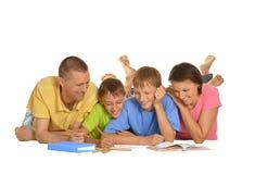 一起做家庭作业的家庭 图库摄影