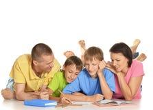 一起做家庭作业的家庭 库存图片