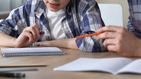 一起做家庭作业的父亲和儿子,为困难的测验做准备,关闭  影视素材