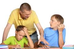 一起做家庭作业的父亲和儿子 免版税库存图片