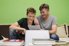 一起做家庭作业的父亲和儿子 库存照片