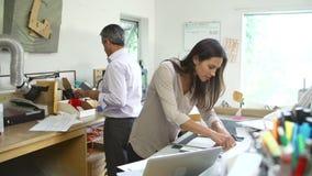 一起做模型的两位建筑师在办公室 股票录像