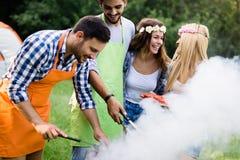 一起做烤肉的小组朋友户外在自然 库存图片