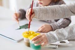 一起做艺术的有天才的创造性的孩子 免版税图库摄影