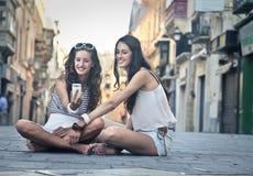 一起做selfie的两个女孩 库存照片