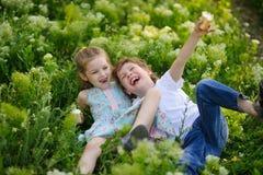 一起儿童游戏在庭院里 免版税库存图片