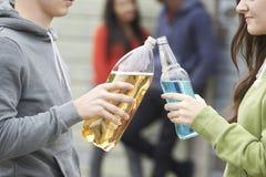 一起关闭少年小组饮用的酒精 免版税库存照片