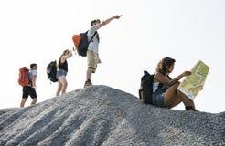 一起冒险的背包徒步旅行者 免版税库存照片